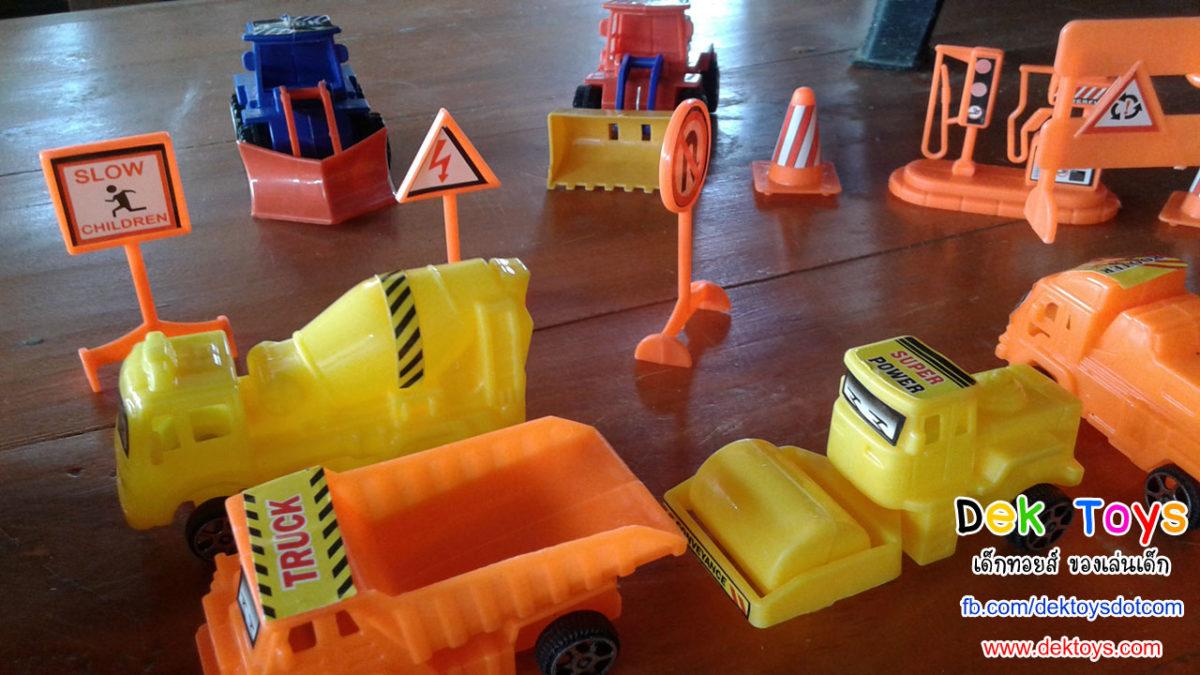 ของเล่นรถก่อสร้าง รถบดถนน รถโม่ปูน รถบรรทุกน้ำมัน และป้ายจราจร